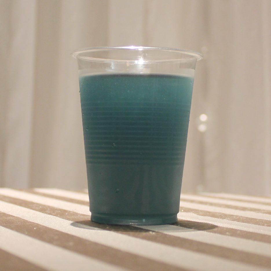 大阪会場-01 osaka   焼酎甲類をグラス1/3程度注ぐ 氷を2~3個入れる ベリージュースを1/3程度注ぐ ブルーキュラソー 適量 ソーダで満たして出来上がり。    焼酎:トライアングル ベリージュース ブルーキュラソ ソーダ