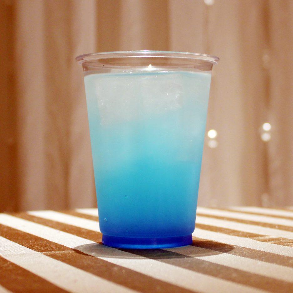 大阪会場-11 osaka   焼酎甲類をグラス1/3程度注ぐ 氷を2~3個入れる グレープフルーツジュースを1/3程度注ぐ ブルーキュラソーを適量注ぐ ソーダで満たして出来上がり。    焼酎:グランブルー グレープフルーツジュース 炭酸 ブルーキュラソー