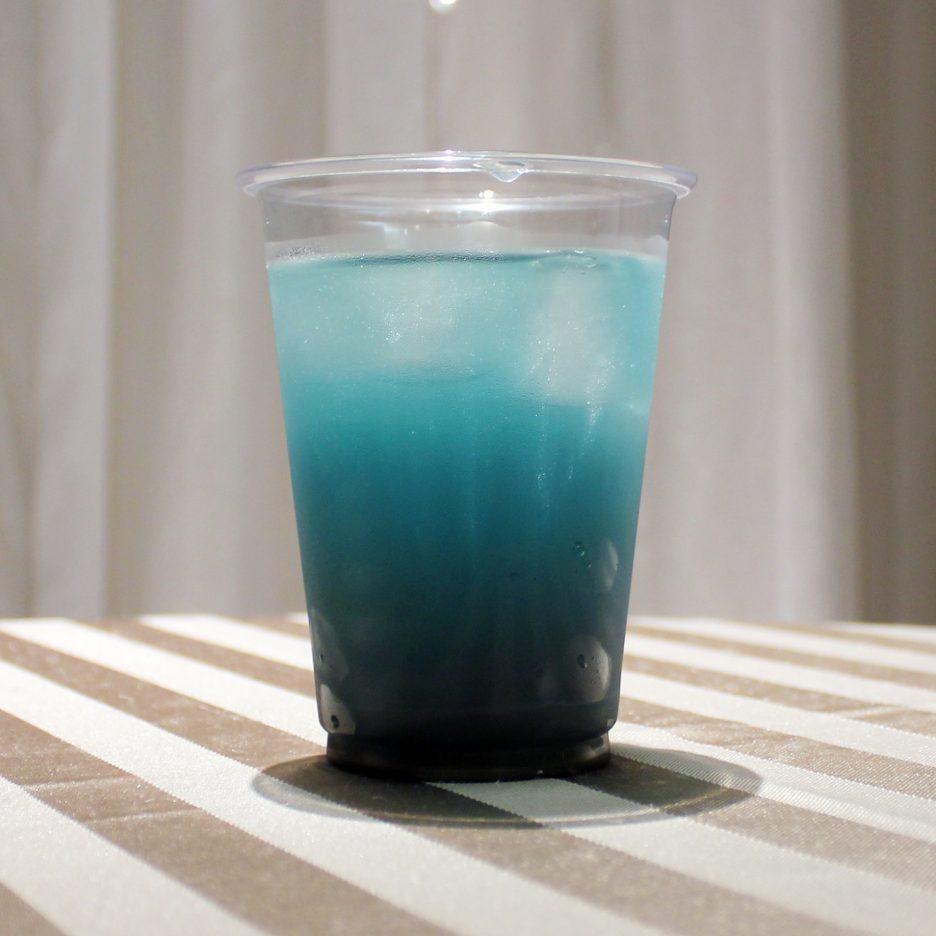 大阪会場-16 osaka   焼酎甲類をグラス1/3程度注ぐ 氷を2~3個入れる クランベリージュースを1/3程度注ぐ ソーダで満たし、ミントの葉を飾って出来上がり。    焼酎:グランブルー クランベリージュース ソーダ ミントの葉