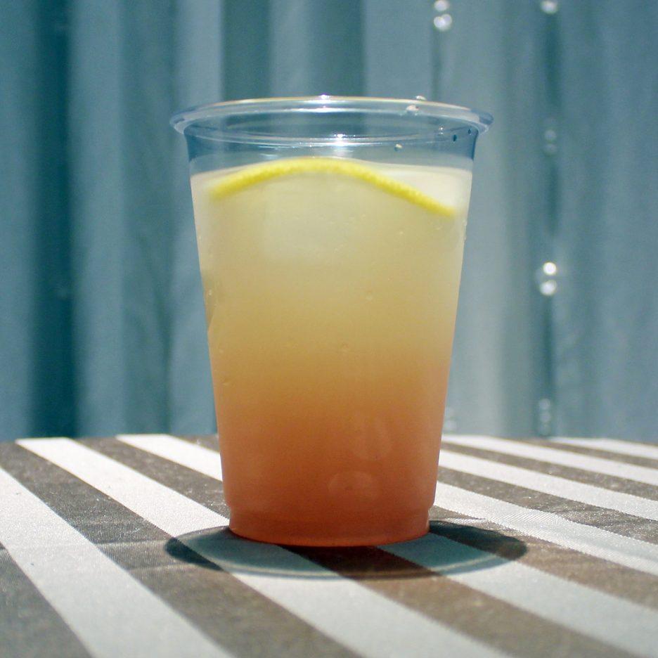 大阪会場-29 osaka   焼酎甲類をグラス1/3程度注ぐ 氷を2~3個入れる クランベリージュースを1/3程度注ぐ グレープフルーツジュースを1/3程度注ぐ レモンスライスを浮かべて出来上がり    焼酎:トライアングル クランベリージュース グレープフルーツジュース レモン