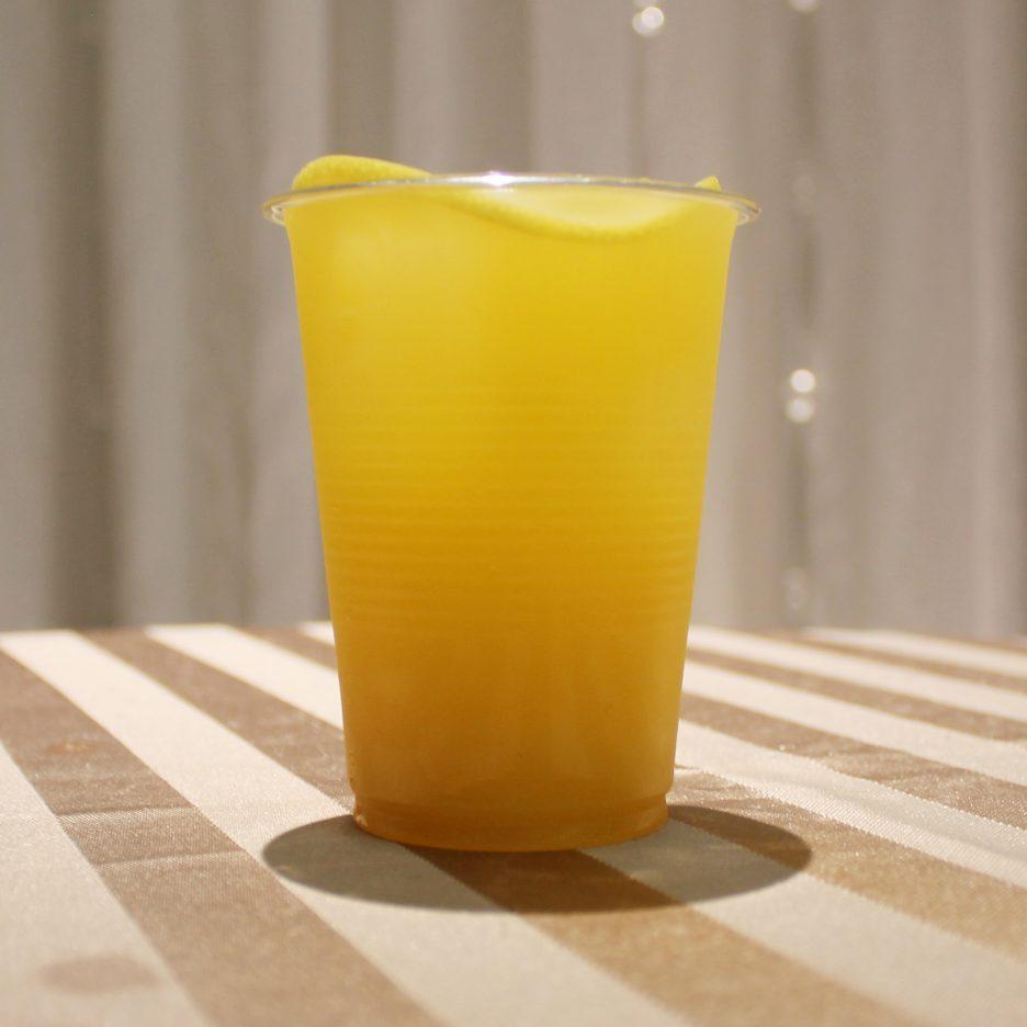 大阪会場-32 osaka   焼酎甲類をグラス1/3程度注ぐ 氷を2~3個入れる マンゴージュースを1/3程度注ぐ トニックウォーターで満たし、レモンスライスを浮かべて出来上がり     焼酎:SAZAN マンゴージュース トニックウォーター レモンスライス