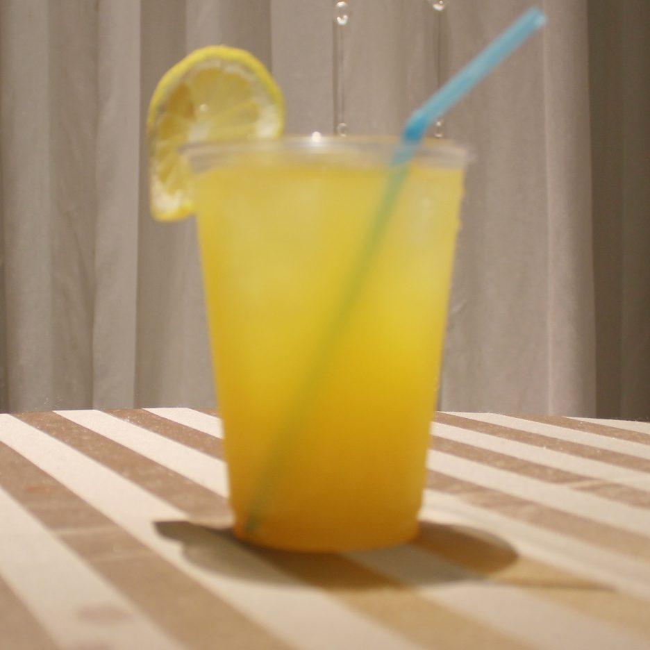 大阪会場-33 osaka   焼酎甲類をグラス1/3程度注ぐ 氷を2~3個入れる マンゴージュースを1/3程度注ぐ レモネードを1/3程度注ぐ ソーダで満たし、レモンスライスを浮かべて出来上がり    焼酎:トライアングル マンゴージュース レモネード ソーダ レモンスライス