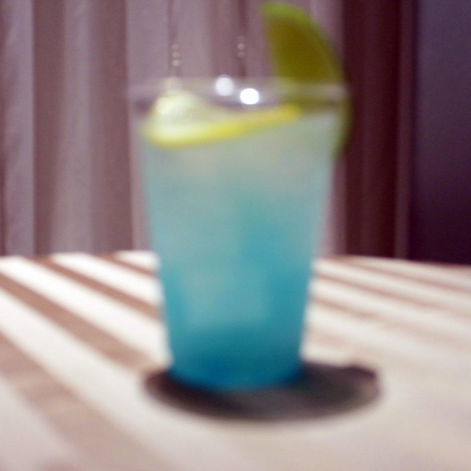 大阪会場-36 osaka   焼酎甲類をグラス1/3程度注ぐ 氷を2~3個入れる グレープフルーツジュースを1/3程度注ぐ レモンシロップを適量注ぐ ソーダで満たす レモンスライスとライムを浮かべて出来上がり    焼酎:グランブルー グレープフルーツジュース レモンシロップ ソーダ レモンスライス ライム