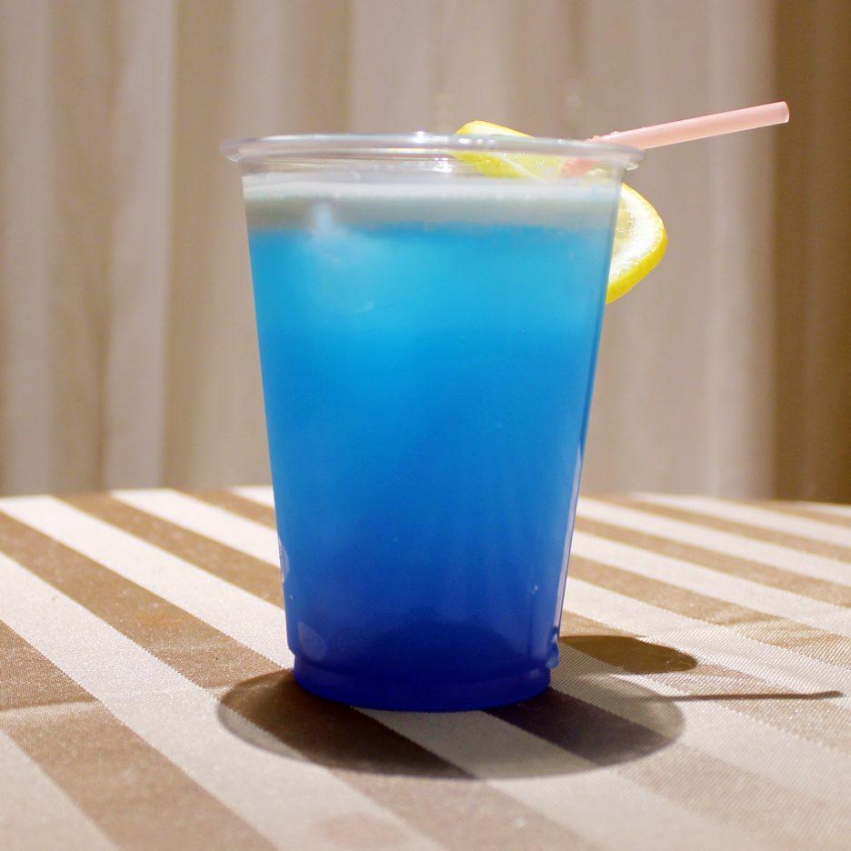 大阪会場-37 osaka   焼酎甲類をグラス1/3程度注ぐ 氷を2~3個入れる ミルクを1/3程度注ぐ トニックウォーターで満たし、レモンスライスを浮かべて出来上がり    焼酎:グランブルー ブルーキュラソー ミルク トニックウォーター レモンスライス