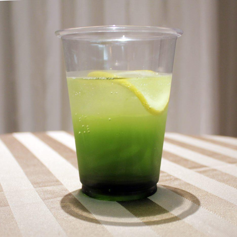 大阪会場-38 osaka   焼酎甲類をグラス1/3程度注ぐ 氷を2~3個入れる グリーンティーリキュールを1/3程度注ぐ ソーダで満たし、レモンスライスを浮かべて出来上がり    焼酎:三楽焼酎 TAKUMA 匠磨 グリーンティーリキュール ソーダー レモンスライス