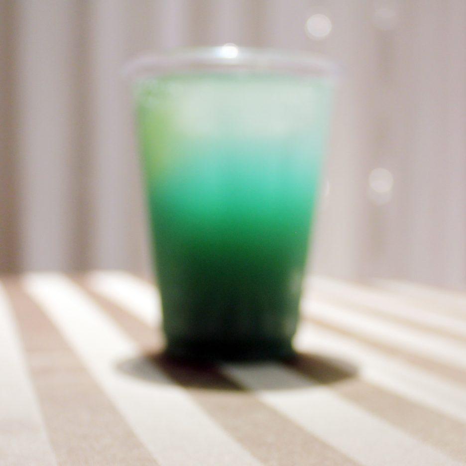 大阪会場-39 osaka   焼酎甲類をグラス1/3程度注ぐ 氷を2~3個入れる ピーチジュースを1/3程度注ぐ ブルーキュラソーを適量注ぐ ソーダで満たして出来上がり    焼酎:グランブルー ブルーキュラソー ピーチジュース ソーダー