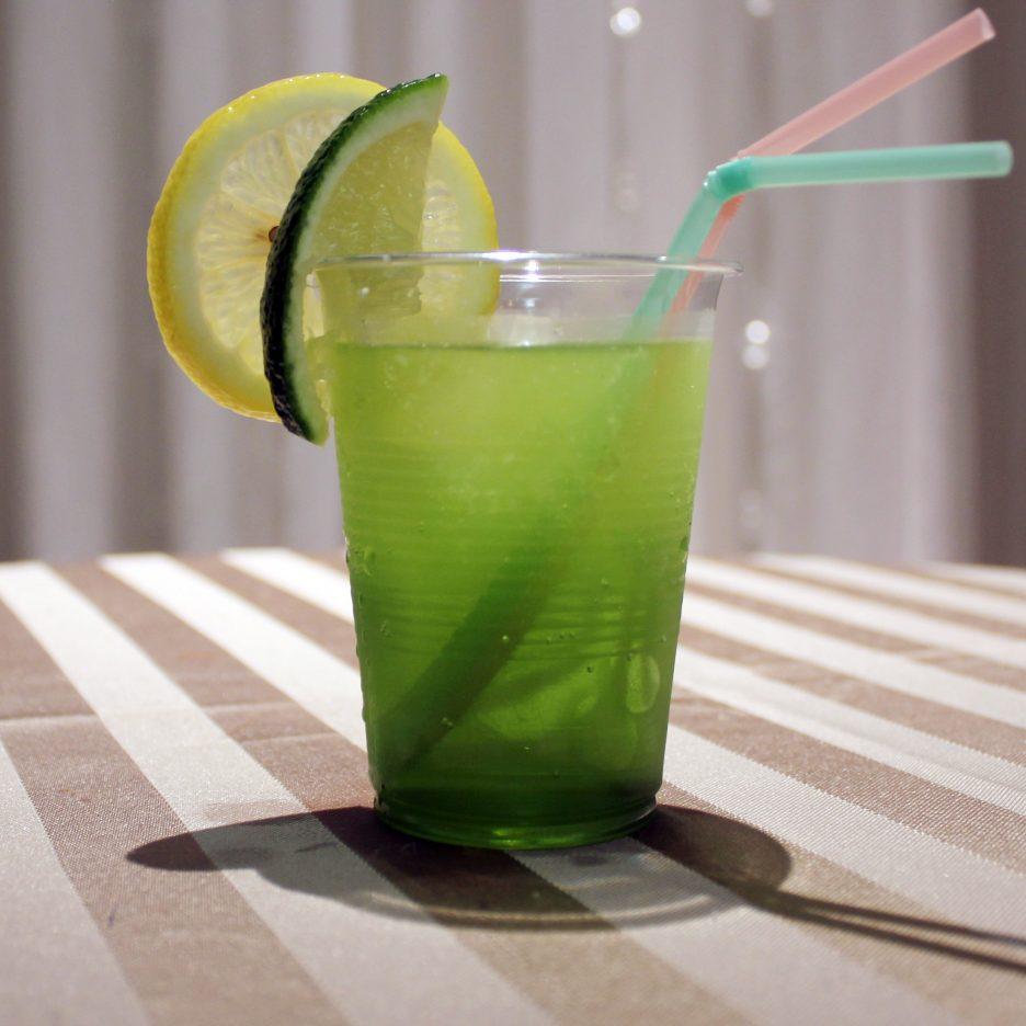 大阪会場-40 osaka   焼酎甲類をグラス1/3程度注ぐ 氷を2~3個入れる グレープフルーツジュースを1/3程度注ぐ グリンティーリキュールを適量注ぐ ソーダで満たすて レモンスライスとライムを浮かべて出来上がり    焼酎:トライアングル グリーンティーリキュール グレープフルーツジュース ソーダー レモンスライス ライム