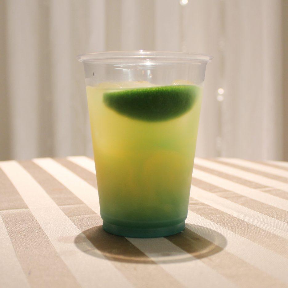 大阪会場-41 osaka   焼酎甲類をグラス1/3程度注ぐ 氷を2~3個入れる リンゴジュースを1/3程度注ぐ ブルーキュラソーを適量注ぐ ライムを浮かべて出来上がり    焼酎:NIPPON リンゴジュース ブルーキュラソー ライム