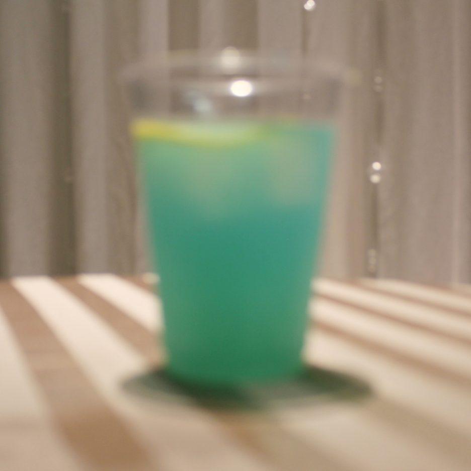 大阪会場-42 osaka   焼酎甲類をグラス1/3程度注ぐ 氷を2~3個入れる レモンジュースを1/3程度注ぐ ブルーキュラソーを適量注ぐ レモンスライスを浮かべて出来上がり    焼酎:グランブルー レモンジュース ブルーキュラソー レモンスライス