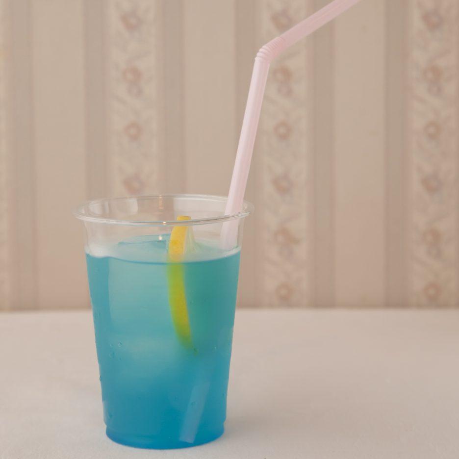 広島会場-03 hiroshima   焼酎甲類をグラス1/3程度注ぐ 氷を2~3個入れる ブルーキュラソーを1/3程度注ぐ グレープフルーツジュースで満たし、 レモンスライスを浮かべて出来上がり    焼酎:グランブルー ブルーキュラソー グレープフルーツ レモンスライス