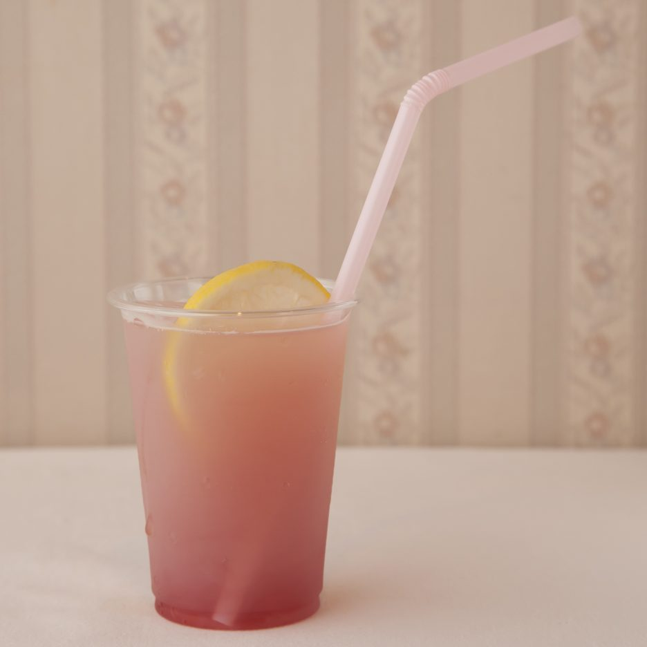 広島会場-04 hiroshima   焼酎甲類をグラス1/3程度注ぐ 氷を2~3個入れる ミックスジュースをを1/3程度注ぐ クランベリージュースを適量注ぐ、 カルピスソーダで満たし、 レモンスライスを浮かべて出来上がり    焼酎:トライアングル ミックスジュース クランベリージュース カルピス レモンスライス