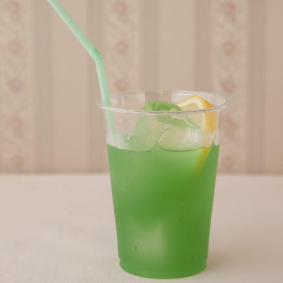 広島会場-08 hiroshima   焼酎甲類をグラス1/3程度注ぐ 氷を2~3個入れる ブルーキュラソーを適量注ぐ、 マンゴージュースを適量注ぐ、 ソーダで満たし、 レモンスライスを浮かべて出来上がり    焼酎:樹氷 ブルーキュラソー マンゴージュース ソーダ レモンスライス