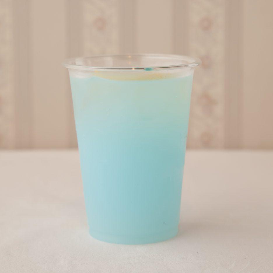 広島会場-20 hiroshima   焼酎甲類をグラス1/3程度注ぐ 氷を2~3個入れる ブルーキュラソーを1/3程度注ぐ、 カルピスソーダで満たし、 レモンスライスを浮かべて出来上がり    焼酎:グランブルー ブルーキュラソー カルピスソーダ レモンスライス