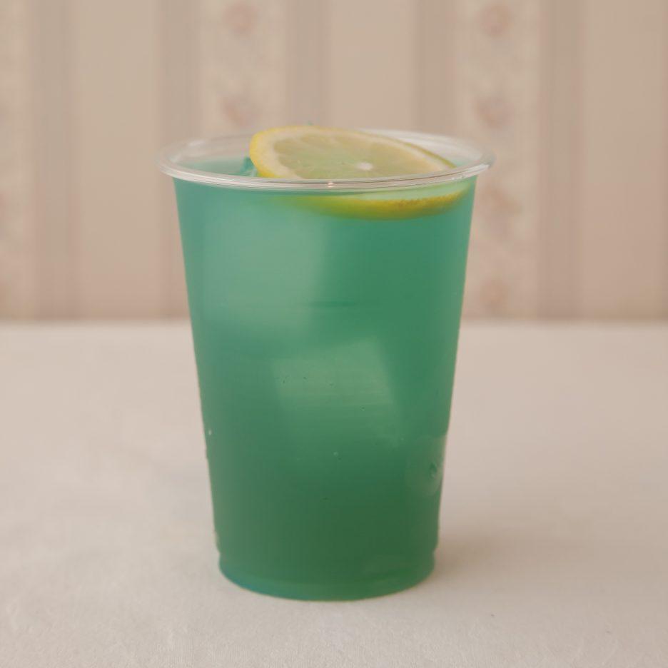広島会場-24 hiroshima   焼酎甲類をグラス1/3程度注ぐ 氷を2~3個入れる ブルーキュラソーを1/3程度注ぐ、 パインジュースで満たし、 レモンスライスを浮かべて出来上がり    焼酎:SAZAN ブルーキュラソー パインジュース レモンスライス