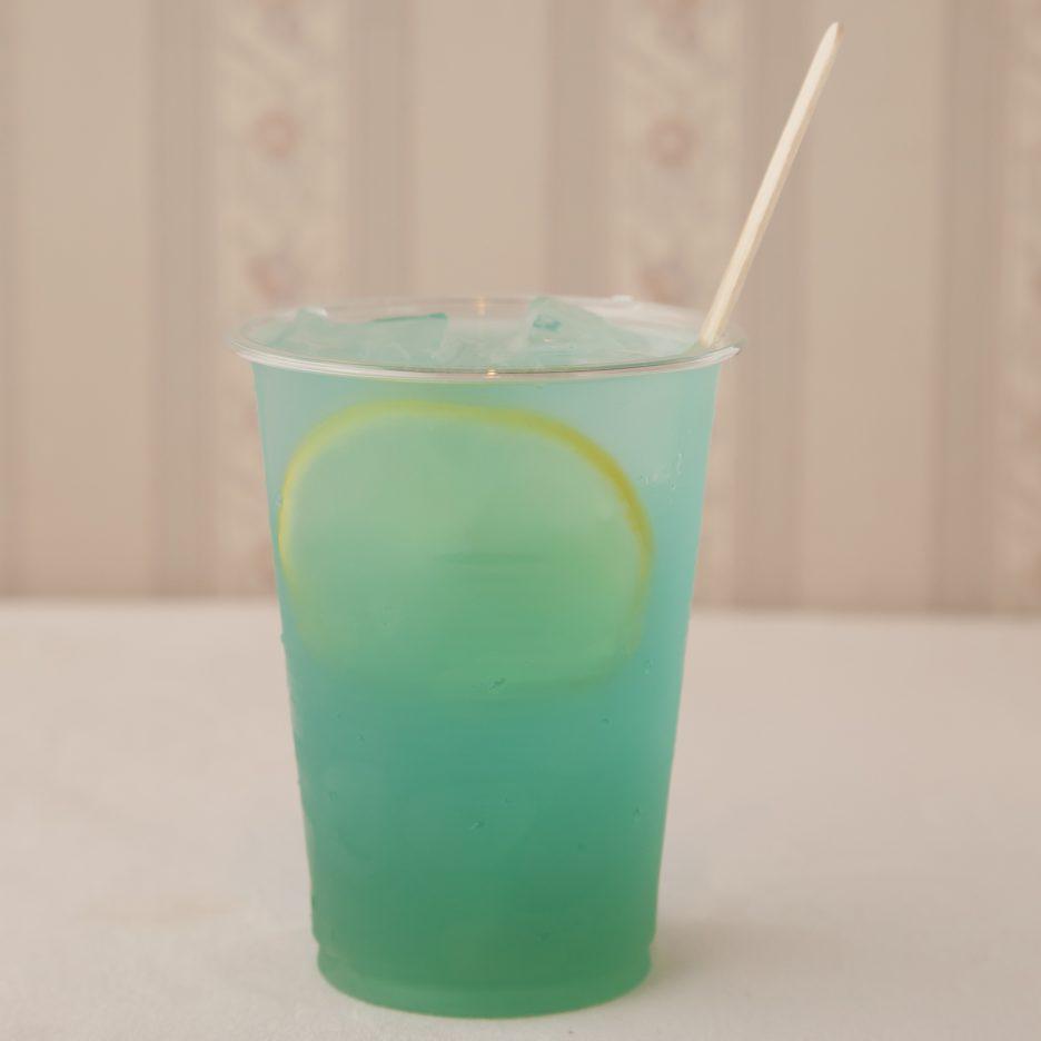 広島会場-28 hiroshima   焼酎甲類をグラス1/3程度注ぐ 氷を2~3個入れる ブルーキュラソー を1/3程度注ぐ、 パイナップルジュースを適量注ぐ、 ソーダで満たし、 レモンスライスを浮かべて出来上がり    焼酎:グランブルー ブルーキュラソー パイナップルジュース ソーダ レモンスライス