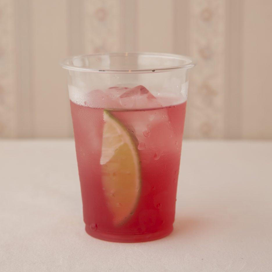 広島会場-35 hiroshima   焼酎甲類をグラス1/3程度注ぐ 氷を2~3個入れる クランベリージュースを1/3程度注ぐ、 レモンジュースで満たし、 ライムを浮かべて出来上がり    焼酎:樹氷 クランベリージュース レモンジュース ライム