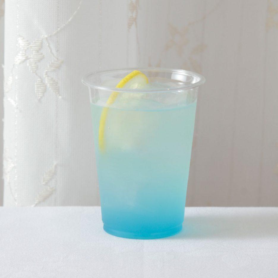 京都会場-01 kyoto   焼酎甲類をグラス1/3程度注ぐ 氷を2~3個入れる レモン半分を絞り入れ ブルーキュラソーを適量注いで レモンスライスを浮かべて出来上がり    焼酎:グランブルー レモン ブルーキュラソー