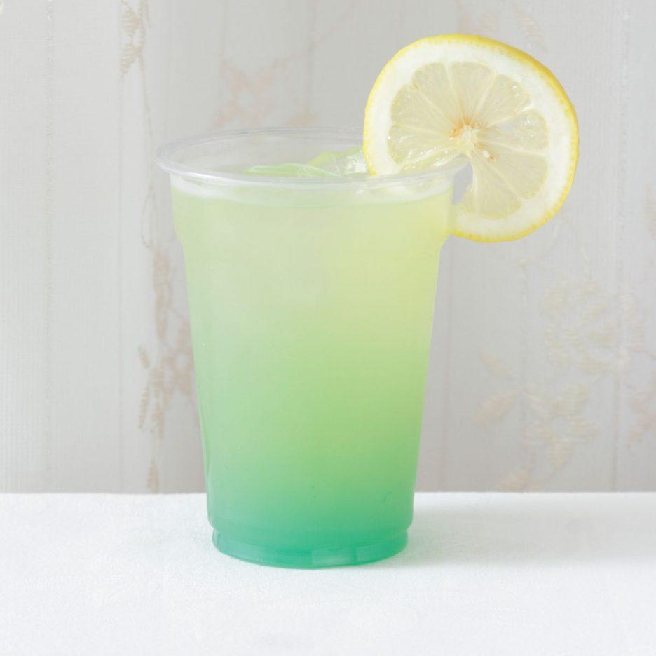 京都会場-10 kyoto   焼酎甲類をグラス1/3程度注ぐ 氷を2~3個入れる ブルーキュラソーを1/3程度注ぐ オレンジジュースを少量注ぐ ソーダで満たして レモンを浮かべて出来上がり    焼酎:グランブルー ブルーキュラソー オレンジジュース ソーダ レモン