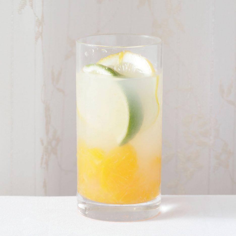 京都会場-16 kyoto   焼酎甲類をグラス1/3程度注ぐ 氷を2~3個入れる みかんを1/3程度つぶして入れて カルピスソーダで満たす レモンスライスとライムを浮かべて出来上がり    焼酎:NIPPON みかん カルピス レモン ライム