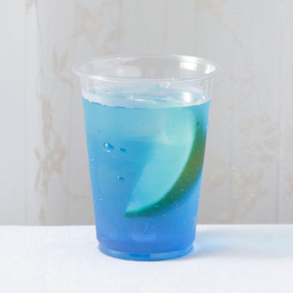 京都会場-18 kyoto   焼酎甲類をグラス1/3程度注ぐ 氷を2~3個入れる ブルーキュラソーを1/3程度注ぐ ソーダで満たす ライムを浮かべて出来上がり    焼酎:NIPPON ブルーキュラソー ソーダ ライム