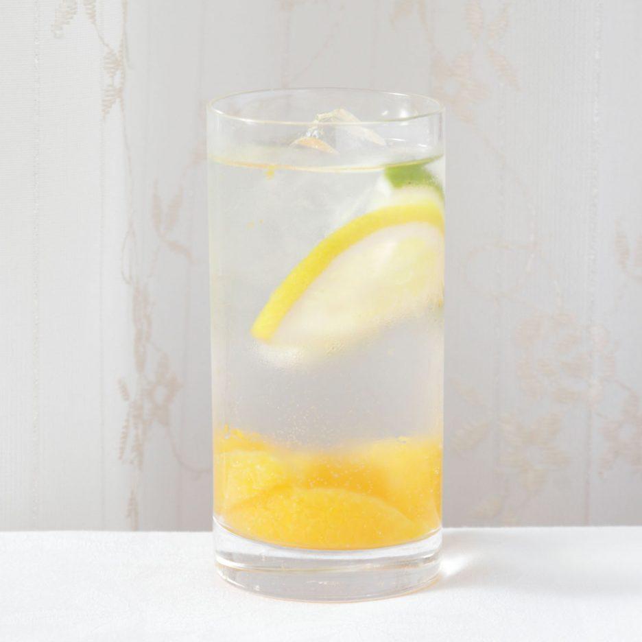 京都会場-21 kyoto   焼酎甲類をグラス1/3程度注ぐ 氷を2~3個入れる みかんを入れる ソーダで満たす レモンスライスとライムスライスを 浮かべて出来上がり    焼酎:トライアングル ソーダ みかん レモン ライム