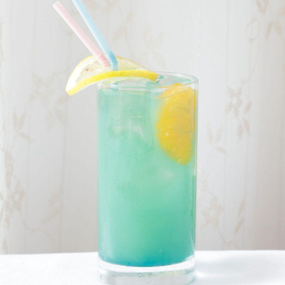 京都会場-30 kyoto   焼酎甲類をグラス1/3程度注ぐ 氷を2~3個入れる ブルーキュラソーを適量注ぐ マンゴージュースを適量注ぐ カルピスソーダで満たす みかんとライムとレモンスライスを 浮かべて出来上がり    焼酎:グランブルー ブルーキュラソー マンゴージュース カルピスソーダ みかん ライム レモン