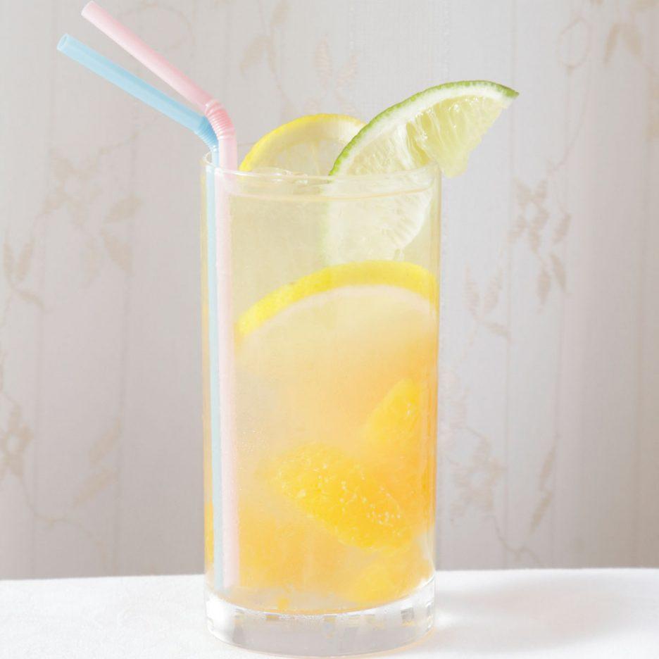 京都会場-34 kyoto   焼酎甲類をグラス1/3程度注ぐ 氷を2~3個入れる みかんを数個入れる キウイ酒で満たす レモンスライスとライムを 浮かべて出来上がり    焼酎:SAZAN キウイ酒 みかん レモン ライム