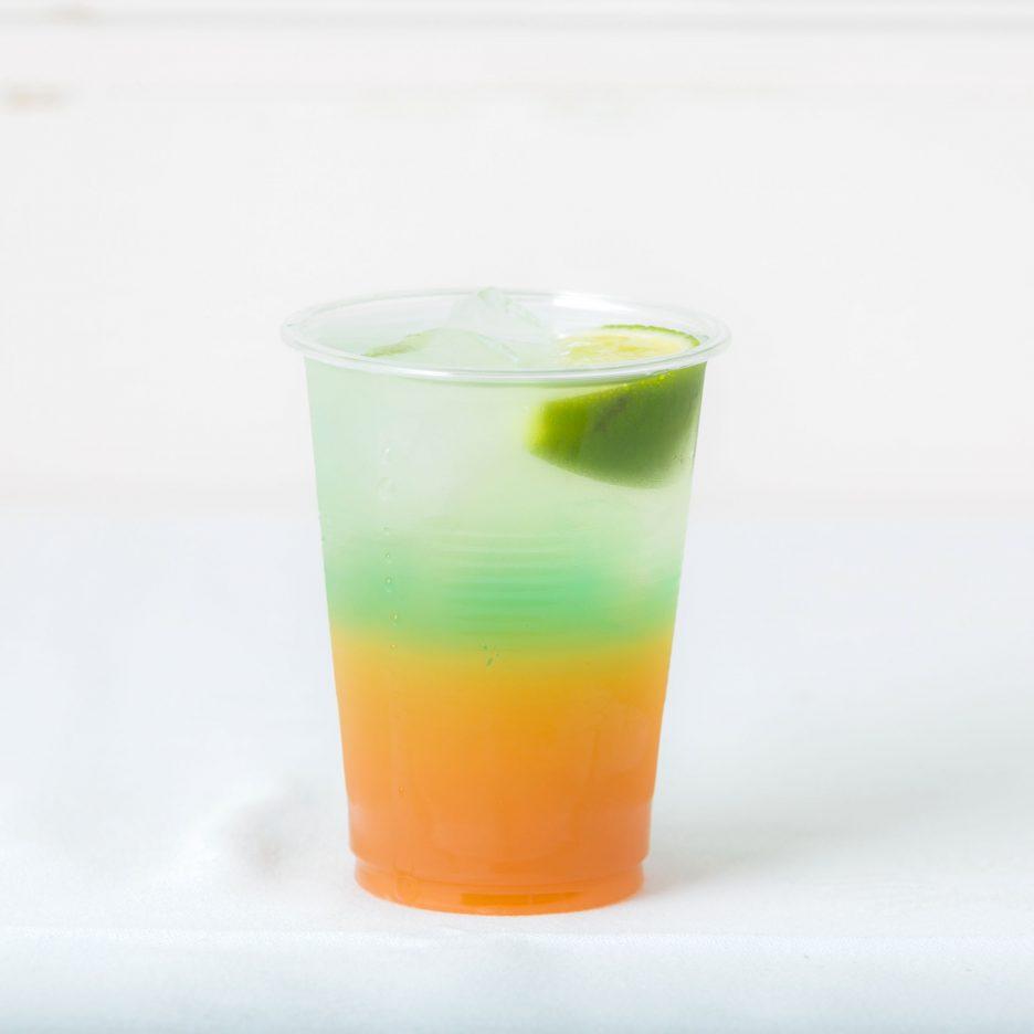 松山会場-22 matsuyama   焼酎甲類をグラス1/3程度注ぐ 氷を2~3個入れる オレンジジュースを10㎖注ぐ、 グランベリージュースを適量注ぐ、 ブルーキュラソーを数滴落として、 ライムを浮かべて出来上がり    焼酎:SAZAN オレンジジュース グランベリージュース ブルーキュラソー数滴 ライム