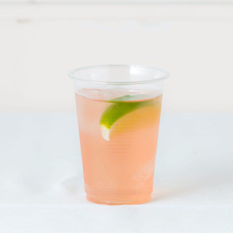 松山会場-28 matsuyama   焼酎甲類をグラス1/3程度注ぐ 氷を2~3個入れる クランベリージュースを適量注ぐ、 ソーダで満たし、 ライムを浮かべて出来上がり    焼酎:グランブルー クランベリージュース ソーダ ライム