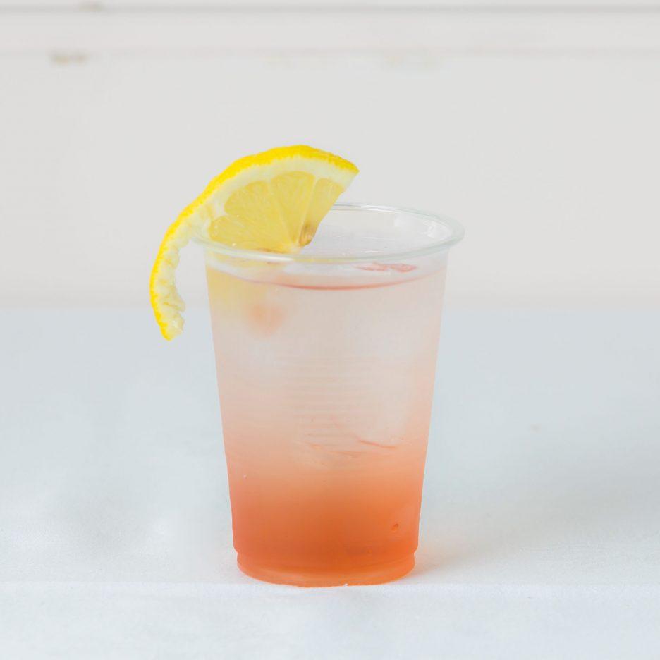 松山会場-32 matsuyama   焼酎甲類をグラス1/3程度注ぐ 氷を2~3個入れる クランベリージュースを1/3程度注ぐ、 ソーダで満たし、 レモンスライスを浮かべて出来上がり    焼酎:三楽焼酎 TAKUMA 匠磨 クランベリージュース ソーダ レモンスライス