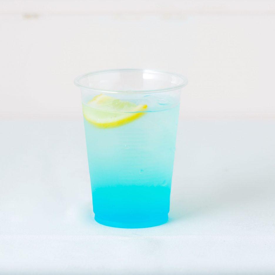 松山会場-33 matsuyama   焼酎甲類をグラス1/3程度注ぐ 氷を2~3個入れる ブルーキュラソーを1/3程度注ぐ、 レモネードで満たし、 レモンスライスを浮かべて出来上がり    焼酎:樹氷 ブルーキュラソー レモネード レモンスライス