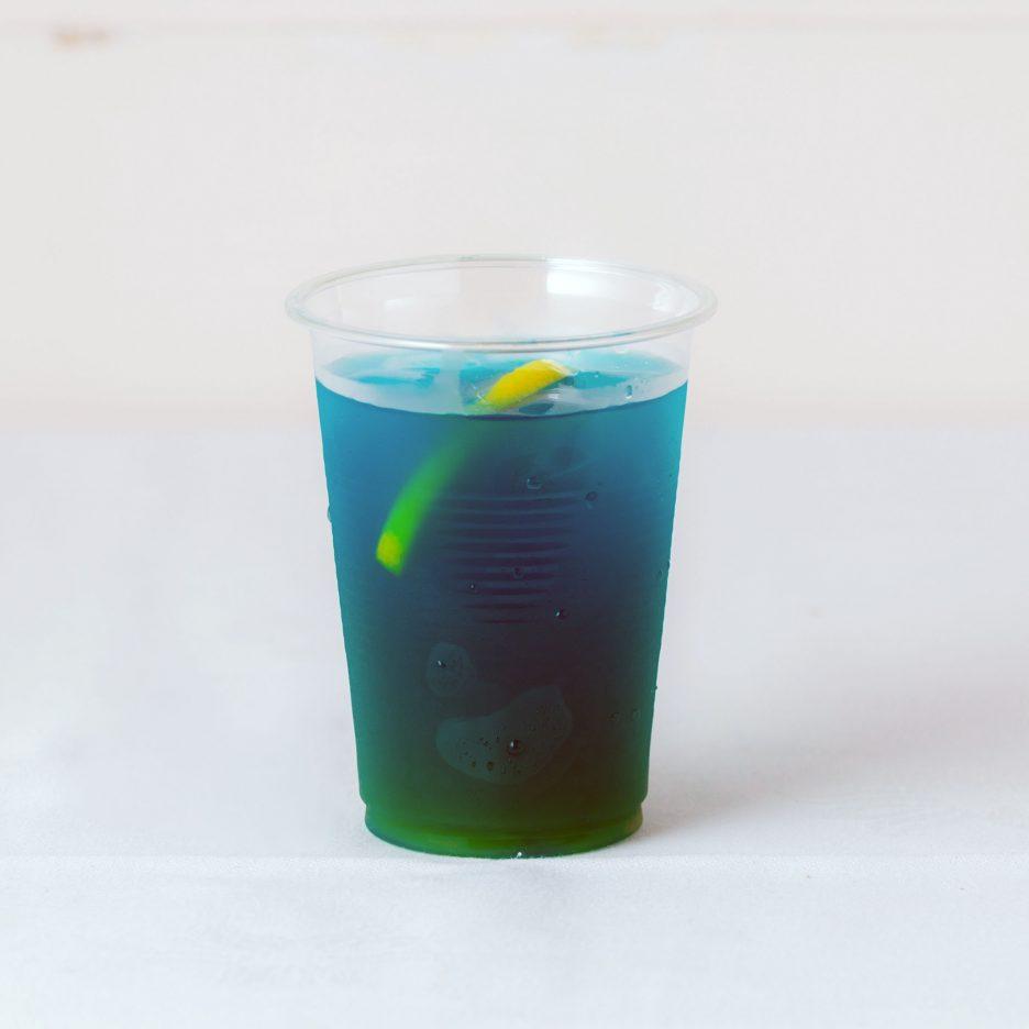 松山会場-34 matsuyama   焼酎甲類をグラス1/3程度注ぐ 氷を2~3個入れる マンゴージュースを適量注ぐ、 ブルーキュラソーを1/3程度注ぐ、 レモンスライスを浮かべて出来上がり    焼酎:グランブルー マンゴージュース ブルーキュラソー レモンスライス